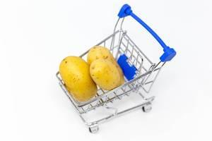 Lebensmitteleinkauf - Kartoffeln in einem Einkaufswagen