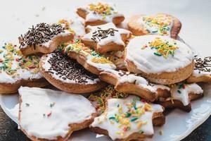 Lebkuchen verschiedener Formen, passend zu Weihnachten dekoriert