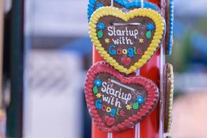 Lebkuchenherzen mit der Inschrift - Startup with Google