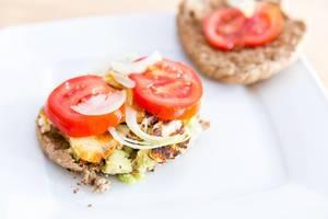 Leckere Halloumi-Käse-Burger mit Avocado, Zwiebel und Tomaten