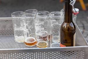 Leere Biergläser im Kultlokal Uerige - Das Alt der Stadt