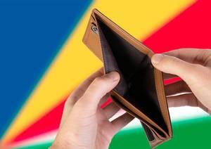 Leerer Geldbeutel aus Leder mit Flagge der Seychellen. Rezession und Finanzkrise werden mit mehr Schulden und Bundeshaushaltdefizit einhergehen