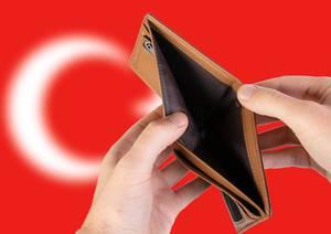 Leerer Geldbeutel aus Leder mit Flagge der Türkei. Rezession und Finanzkrise werden mit mehr Schulden und Bundeshaushaltdefizit einhergehen