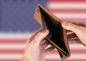 Leerer Geldbeutel aus Leder mit Flagge der USA. Rezession und Finanzkrise werden mit mehr Schulden und Bundeshaushaltdefizit einhergehen