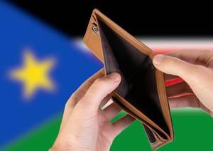 Leerer Geldbeutel aus Leder mit Flagge des Südsudan. Rezession und Finanzkrise werden mit mehr Schulden und Bundeshaushaltdefizit einhergehen
