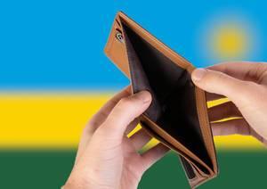 Leerer Geldbeutel aus Leder mit Flagge von Ruanda. Rezession und Finanzkrise werden mit mehr Schulden und Bundeshaushaltdefizit einhergehen