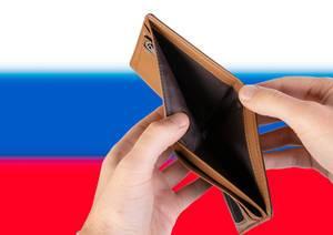 Leerer Geldbeutel aus Leder mit Flagge von Russland. Rezession und Finanzkrise werden mit mehr Schulden und Bundeshaushaltdefizit einhergehen