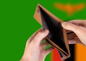 Leerer Geldbeutel aus Leder mit Flagge von Sambia. Rezession und Finanzkrise werden mit mehr Schulden und Bundeshaushaltdefizit einhergehen