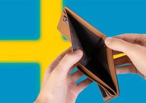 Leerer Geldbeutel aus Leder mit Flagge von Schweden. Rezession und Finanzkrise werden mit mehr Schulden und Bundeshaushaltdefizit einhergehen