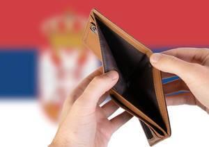 Leerer Geldbeutel aus Leder mit Flagge von Serbien. Rezession und Finanzkrise werden mit mehr Schulden und Bundeshaushaltdefizit einhergehen