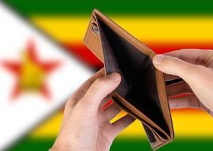 Leerer Geldbeutel aus Leder mit Flagge von Simbabwe. Rezession und Finanzkrise werden mit mehr Schulden und Bundeshaushaltdefizit einhergehen