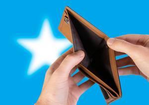 Leerer Geldbeutel aus Leder mit Flagge von Somalia. Rezession und Finanzkrise werden mit mehr Schulden und Bundeshaushaltdefizit einhergehen
