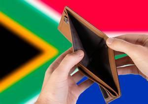 Leerer Geldbeutel aus Leder mit Flagge von Südafrika. Rezession und Finanzkrise werden mit mehr Schulden und Bundeshaushaltdefizit einhergehen