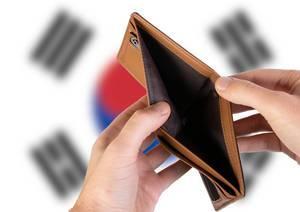 Leerer Geldbeutel aus Leder mit Flagge von Südkorea. Rezession und Finanzkrise werden mit mehr Schulden und Bundeshaushaltdefizit einhergehen