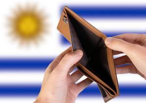 Leerer Geldbeutel aus Leder mit Flagge von Uruguay. Rezession und Finanzkrise werden mit mehr Schulden und Bundeshaushaltdefizit einhergehen