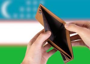 Leerer Geldbeutel aus Leder mit Flagge von Usbekistan. Rezession und Finanzkrise werden mit mehr Schulden und Bundeshaushaltdefizit einhergehen