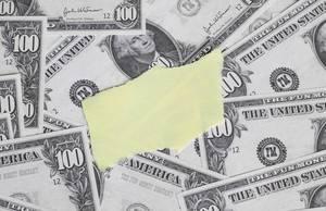 Leeres gelbes Papierstück auf Hintergrund aus Banknoten
