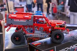 Lego Technic Feuerwehrauto aufgebaut auf der Verpackung