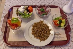 Leichte Kost in Moskau - gekochte Gerste und mehrere Salate