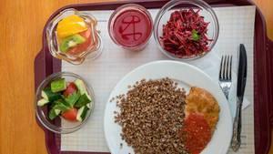 Leichter Start in den Tag: Gekochtes Getreide, Salat, Fruchtsalat und Saft