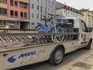 Leihfahrräder auf einem Anhänger