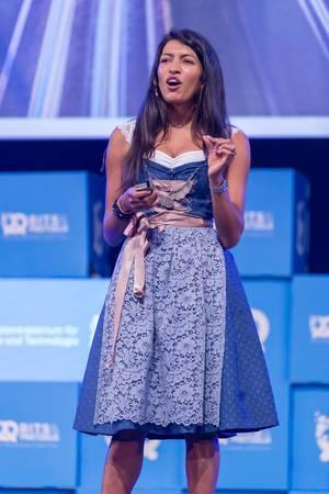 Leila Janah hält eine Rede
