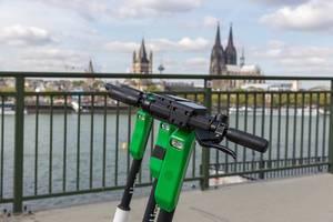 Lenker der Lime E-Scooter in der Nahansicht mit Blick auf Köln