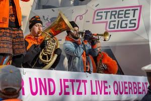 Lenny Michaelis von Querbeat spielt auf dem Wagen von Street Gigs - Kölner Karneval 2018