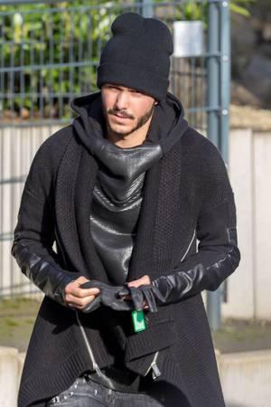 Leonardo Bittencourt vor dem Training, verletzungsbedingt noch nicht in seine Trainingskleidung geschlüpft