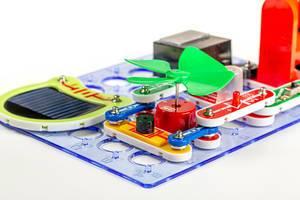 Lern-Schablone für Elektrotechnik mit Solarpanel, Ventilator und anderen Modulen auf weißem Hintergrund Nahaufnahme