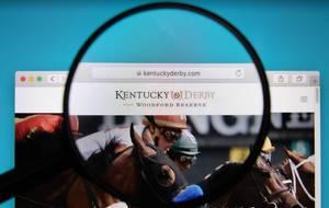 Leselupe über Logo und Internetadresse des Kentucky Derby auf PC-Bildschirm