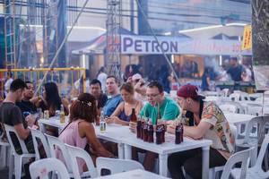 Leute aus verschiedenen Ländern sitzen an einem Tisch in den Phillippinen mit einer Menge Flaschen Pepsi