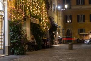 Leute sitzen vor der Salotto 42 Bar in Rom