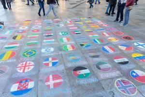 Leute Spenden im Namen ihres Landes Geld in einer Fussgängerzone