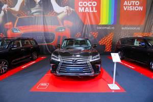 Lexus LX 570 SUV im Schwarz, Aufnahme von vorne bei Automesse in Rumänien