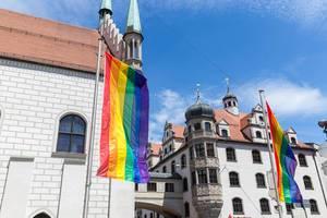 LGBTQ-Regenbogenflaggen am Alten Rathaus in München, während des Munich Pride Festivals und Parade zum Christopher Street Days
