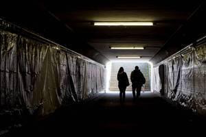 Licht am Ende einer Unterführung mit Fußgängern
