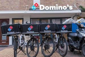 Liefer-Fahrräder mit Pizzaboxen von Domino's in Zandvoort, Niederlanden