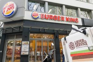 Liefermotorrad und Filiale von Burger King im Hintergrund