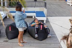 Liegen im Fatboy-Sitzsack während Freundin fotografiert