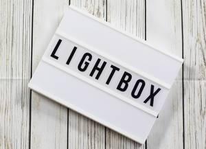 Lightbox mit Buchstaben Holz Hintergrund