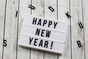Lightbox mit Happy New Year Buchstaben Holz Hintergrund