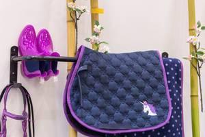 Lila Pferdedecken, Stiefel und weitere Accessoires für Reiter