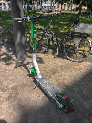 Lime E-Scooter als öffentliches Verkehrsmittel zum Ausleihung, um mobil in der Stadt zu sein