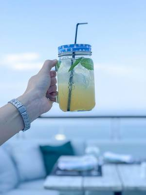 Limonade mit Minze und viel Eis in einem Halbliterglas