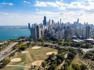 Lincoln Park South Fields und die Skyline von Chicago im Hintergrund
