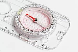 Lineal mit Kompass auf weißem Hintergrund Nahaufnahme