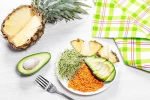 Linsen mit Microgreens-Keimsprossen, Avocado und Ananas