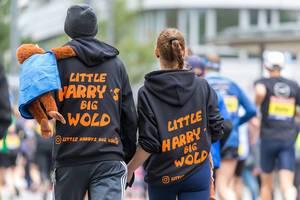 Little Harrys Big Wold Paar mit Statement Pullover von hinten fotografiert beim Frankfurt Marathon