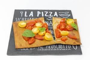 Lizza Bruschetta - der Pizzaboden mit Chia und Leinsamen von Lizza mit frischen Kirschtomaten und Basilikum